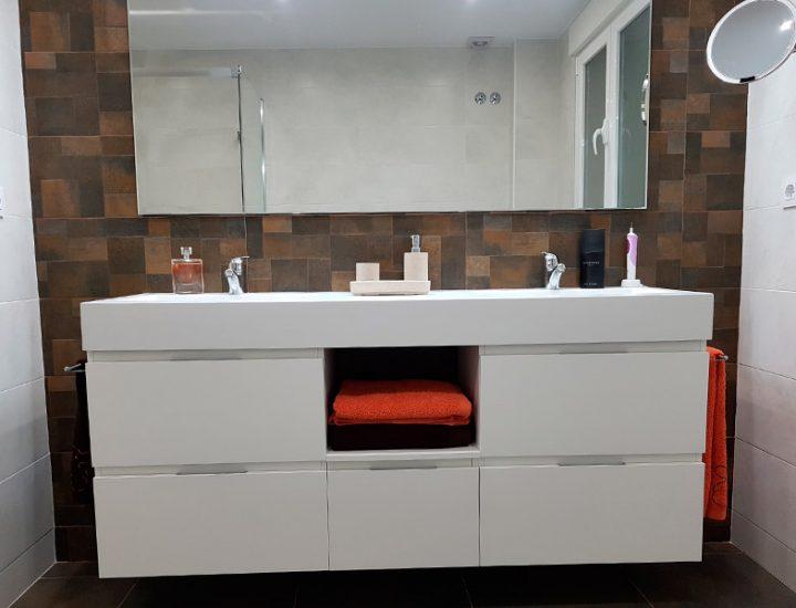 Baño blanco y marrón