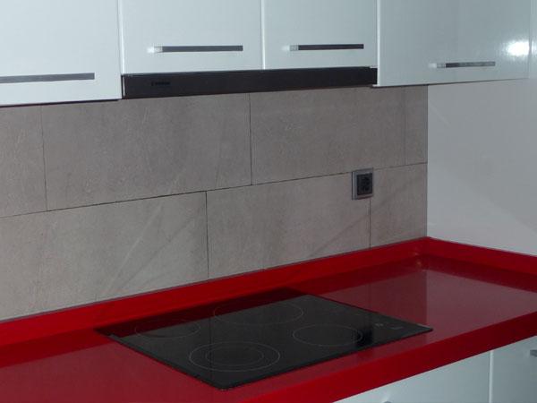 Reforma cocina blanca y roja