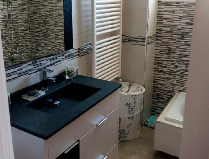 Baño bicolor con mosaico lineal