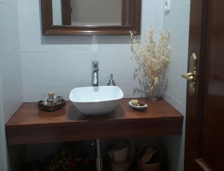 Baño moderno con lavabo pequeño
